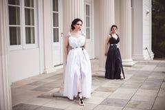 2 дамы в черно-белом Стоковые Изображения