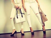 2 дамы держа сумки Стоковая Фотография