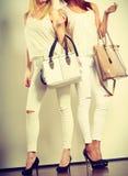 2 дамы держа сумки Стоковые Изображения RF