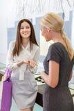 2 дамы обсуждают приобретения и обручальное кольцо Стоковые Фотографии RF