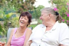 2 дамы постаретых серединой имея потеху Стоковое фото RF