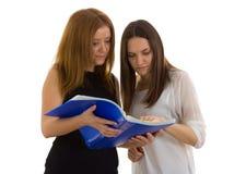 2 дамы смотря в папке Стоковое фото RF