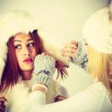 2 дамы с обмундированием зимы Стоковое Фото