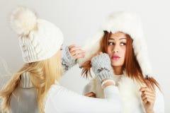 2 дамы с обмундированием зимы Стоковые Изображения