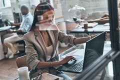 анализировать данные Взгляд сверху современной молодой женщины используя wh компьютера стоковое фото rf