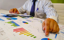 анализировать диаграммы и диаграммы дохода с калькулятором конец вверх Анализ дела финансовый и концепция стратегии Стоковое Фото