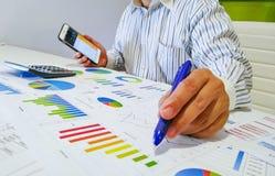 анализировать диаграммы и диаграммы дохода с калькулятором конец вверх Анализ дела финансовый и концепция стратегии Стоковая Фотография RF