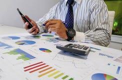 анализировать диаграммы и диаграммы дохода с калькулятором конец вверх Анализ дела финансовый и концепция стратегии Стоковое Изображение RF