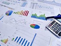 анализировать диаграммы и диаграммы дохода с калькулятором конец вверх Анализ дела финансовый и концепция стратегии Стоковые Фото