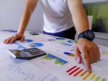 анализировать диаграммы и диаграммы дохода с калькулятором конец вверх Анализ дела финансовый и концепция стратегии Стоковое фото RF