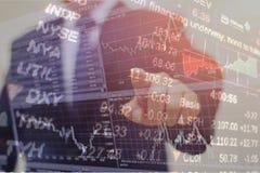 анализировать диаграммы и диаграммы дохода с калькулятором конец вверх Анализ дела финансовый и концепция стратегии Стоковая Фотография