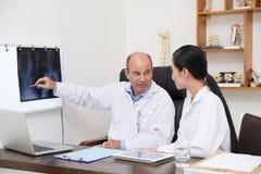 Анализировать рентгеновский снимок позвоночника Стоковое Фото