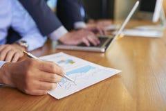 Анализировать финансовую диаграмму стоковое фото