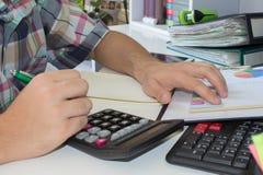 анализирующ чалькулятор подсчитывая данные финансовохозяйственные Рассчитывать калькулятор Рука на калькуляторе Стоковые Фотографии RF
