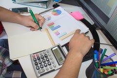 анализирующ чалькулятор подсчитывая данные финансовохозяйственные Рассчитывать калькулятор Рука на калькуляторе Стоковое Изображение RF