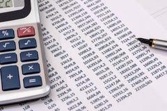 Анализ диаграмм и диаграмм финансового учета Стоковое фото RF
