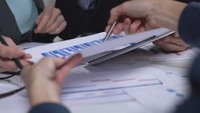 Анализ диаграмм, обзор финансового отчета, сотрудничество в деле видеоматериал
