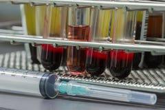 Анализ крови медицинского оборудования в лаборатории Стоковая Фотография RF