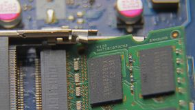 Анализ оборудования для запасных частей Демонтируйте компьтер-книжку Обсудите компьютер в малых частях Конец-вверх макроса акции видеоматериалы