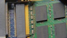 Анализ оборудования для запасных частей Демонтируйте компьютер Обсудите компьютер в малых частях Конец-вверх макроса акции видеоматериалы
