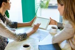 Аналитики деловой активности встречая на таблице кафа Стоковая Фотография RF