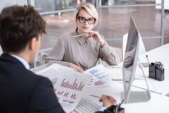 Аналитик маркетинга встречая в офисе Стоковое Изображение RF