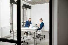 Аналитическая команда менеджеров работая на офисе Стоковое Изображение RF