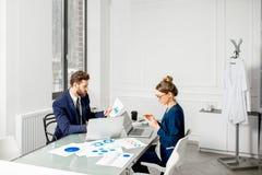 Аналитическая команда менеджеров работая на офисе Стоковые Фотографии RF