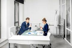 Аналитическая команда менеджеров работая на офисе Стоковые Фото