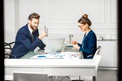 Аналитическая команда менеджеров работая на офисе Стоковая Фотография