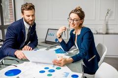 Аналитическая команда менеджеров работая на офисе Стоковая Фотография RF