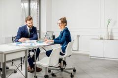 Аналитическая команда менеджеров работая на офисе Стоковое Фото