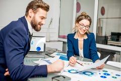 Аналитическая команда менеджеров работая на офисе Стоковое Изображение
