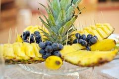 Ананас, бананы, и красиво аранжированные виноградины Стоковое Изображение RF