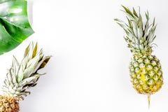 Ананас для экзотических плодоовощей конструирует на белом взгляд сверху предпосылки Стоковое Изображение RF