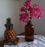 Ананас и винтажная декоративная бутылка стоковая фотография
