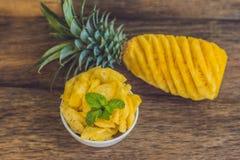 Ананас и куски ананаса на старой деревянной предпосылке Стоковая Фотография RF