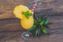 Ананас и smoothies ананаса на старой деревянной предпосылке Стоковое фото RF