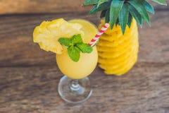 Ананас и smoothies ананаса на старой деревянной предпосылке Стоковая Фотография RF
