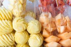 Ананас, канталупа и peeleld и отрезок арбуза в части Стоковая Фотография RF