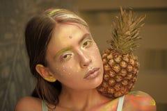 Ананас на плече девушки на фестивале цветов Стоковые Фото