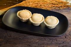 Ананас пирога малая часть на темной винтажной древесине Стоковая Фотография