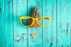 Ананас с солнечными очками стоковые фотографии rf