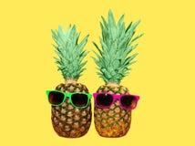 Ананас 2 с солнечными очками на желтой предпосылке Стоковые Фото