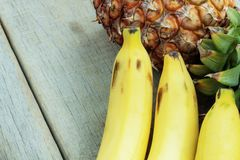 Ананас ond банана на древесине Стоковое Изображение RF