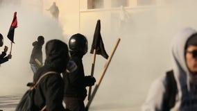 Анархист собирает искать упразднение новых максимальных тюрем безопасностью, столкнутое с полицией по охране общественного порядк сток-видео