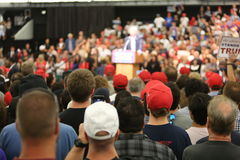 АНАХАЙМ КАЛИФОРНИЯ, 25-ое мая 2016: Тысячи сторонников, знаков волны и показывают их поддержку для кандидата в президенты Дональд Стоковые Изображения RF