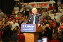 АНАХАЙМ КАЛИФОРНИЯ, 25-ое мая 2016: Тысячи сторонников, знаков волны и показывают их поддержку для кандидата в президенты Дональд стоковое фото rf