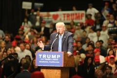 АНАХАЙМ КАЛИФОРНИЯ, 25-ое мая 2016: Тысячи сторонников, знаков волны и показывают их поддержку для кандидата в президенты Дональд стоковые фотографии rf