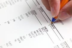 Анализировать финансовый отчет Стоковая Фотография